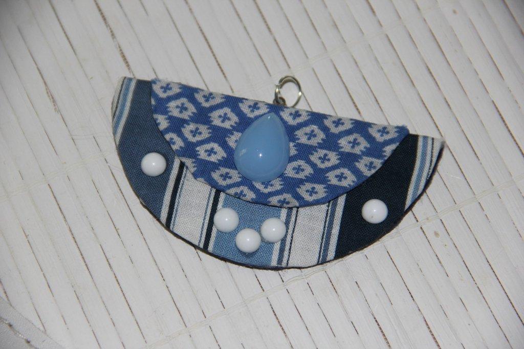 Ciondolo in stoffa fantasia sui toni del blu con perline applicate