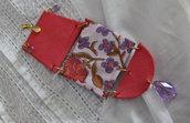 Ciondolo in stoffa floreale rosso corallo con dettagli viola e perline di vetro viola a goccia
