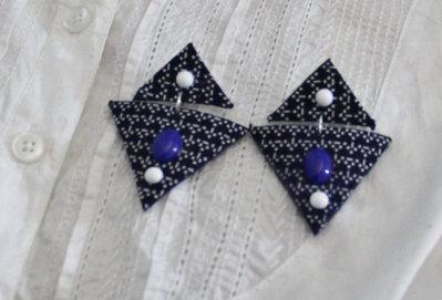 Orecchini triangoli con pendente in stoffa blu fantasia e cabochon applicati