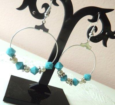 Orecchini pendenti a cerchio con cristalli color turchese,perle e fiorellini  argentati idea regalo!!