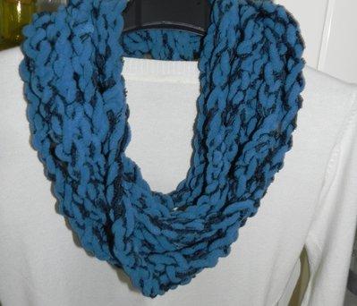 Sciarpa collana fatta a mano ad uncinetto in ciniglia toni del blu