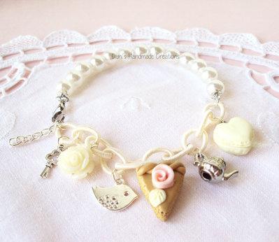 Bracciale con perle bianche, catena color panna, macaron a forma di cuore, torta in fimo e charms
