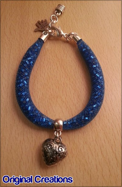Bracciale azzurro con particolare al centro