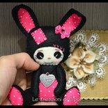 Coniglietta in pannolenci color nero, fatta a mano.