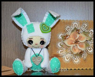 Coniglietta in pannolenci color bianco, fatta a mano.