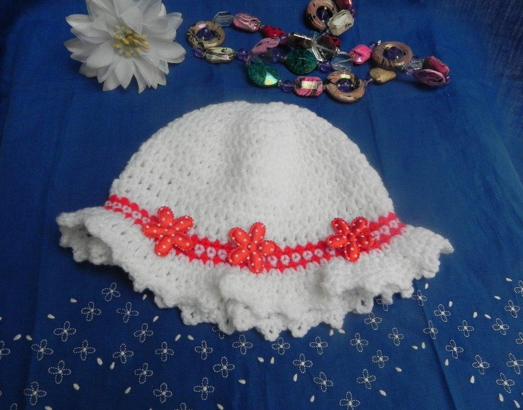 Cappellno bambina bianco e rosso con fiori circonferenza 44-46 cm
