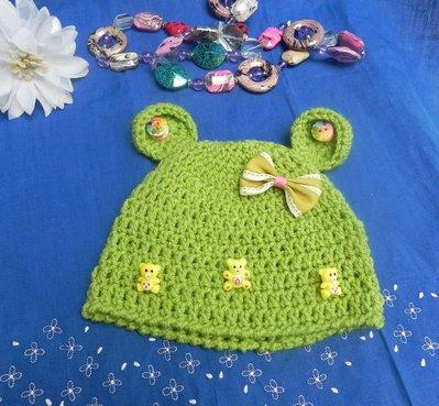 Cappellino unisex fatto a mano ad uncinetto verde con orsetti