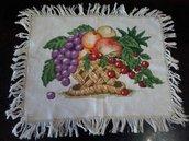 Centrino con ricamato a mano un cesto di frutta
