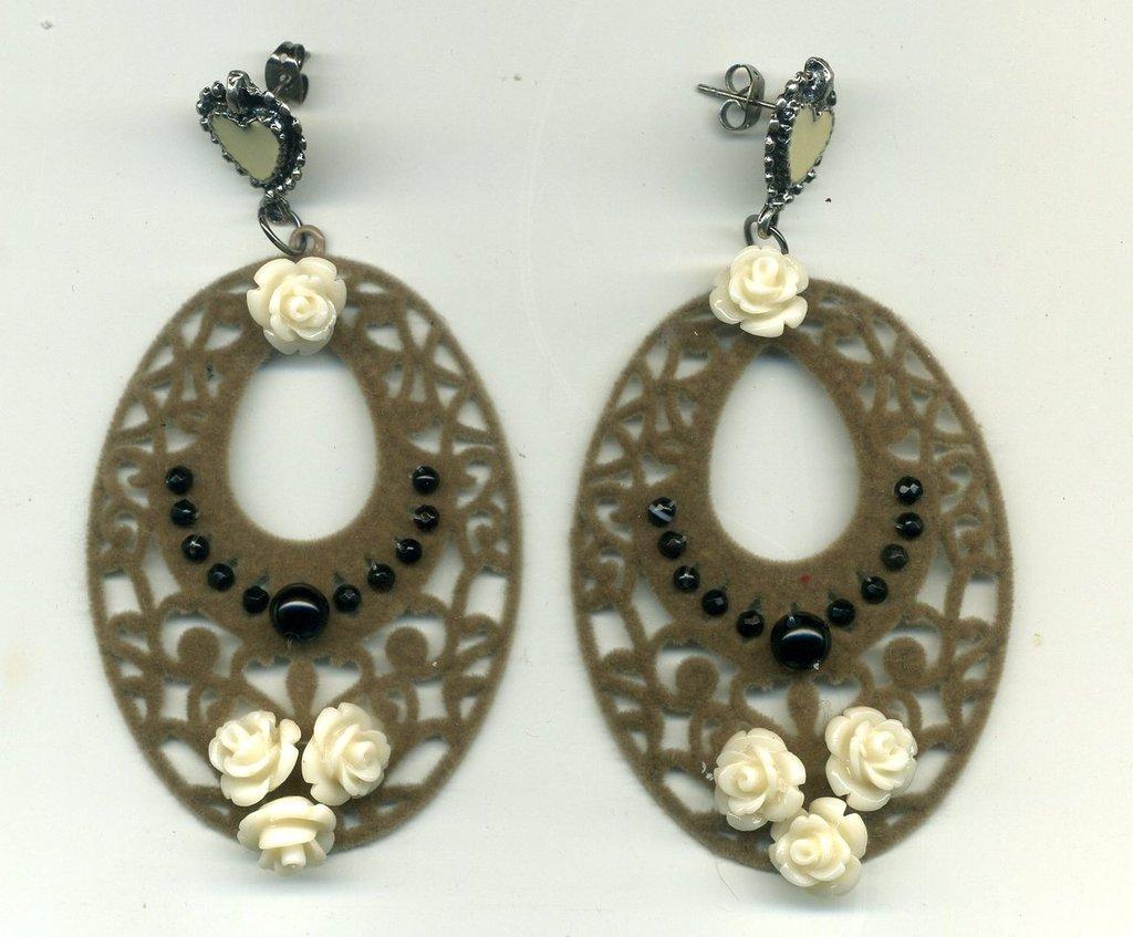 Orecchini pendenti con ovale 'a pizzo' in vellutino e roselline crema