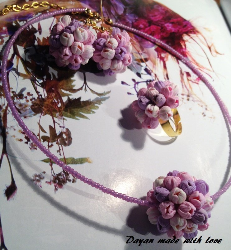Collana,  orecchini e anello con piccoli tulipani