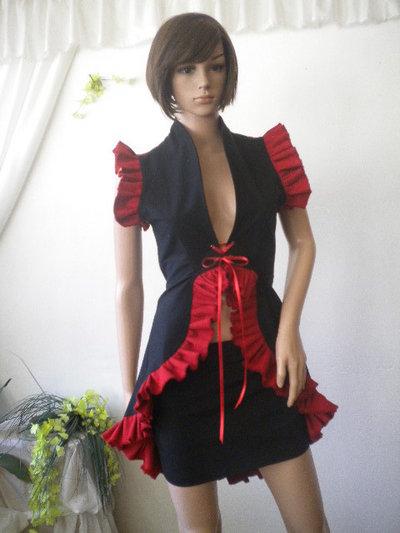 Eleganti signore maturano combinazione di rosso e nero,
