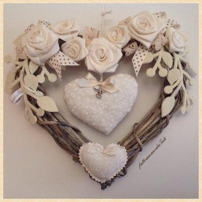 Corona/fiocco nascita in vimini con rose e cuore bianchi