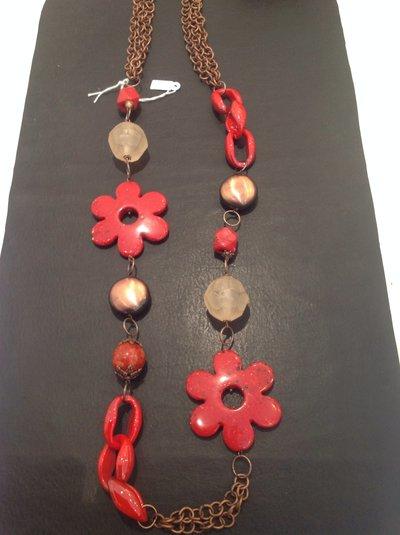 Collana lunga con catena ed elementi in rame, fiore di resina colore rosso, sfera sfaccettata di resina trasparente