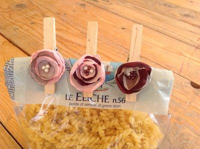 Fermapacchi con fiore in organza