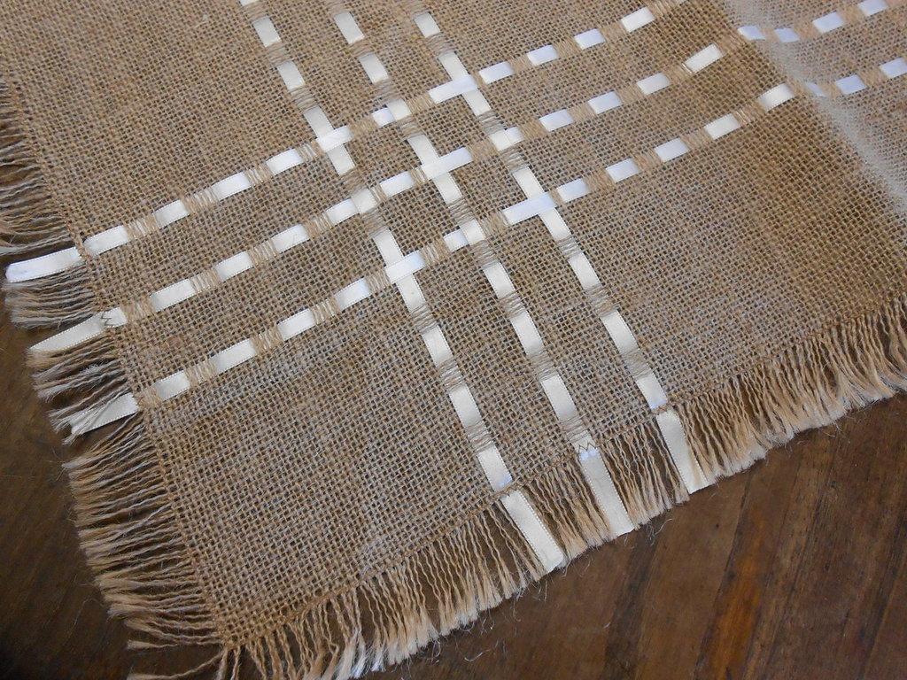 Centrotavola quadrato in tela juta  color corda con nastri di raso bianco, idea shabby.