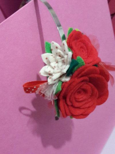 Cerchietto con fiori rossi e bianchi a pois in feltro fatto a mano