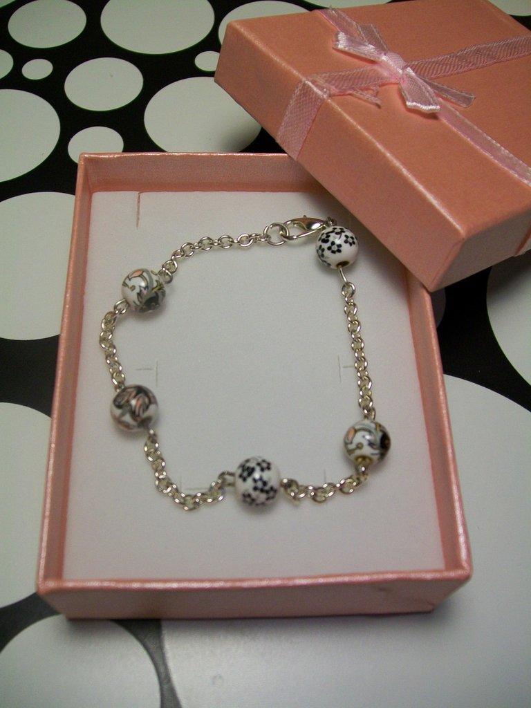 Braccialetto Catena Metallo Colore Argento Perle Bianche Disegnate Senza Nichel