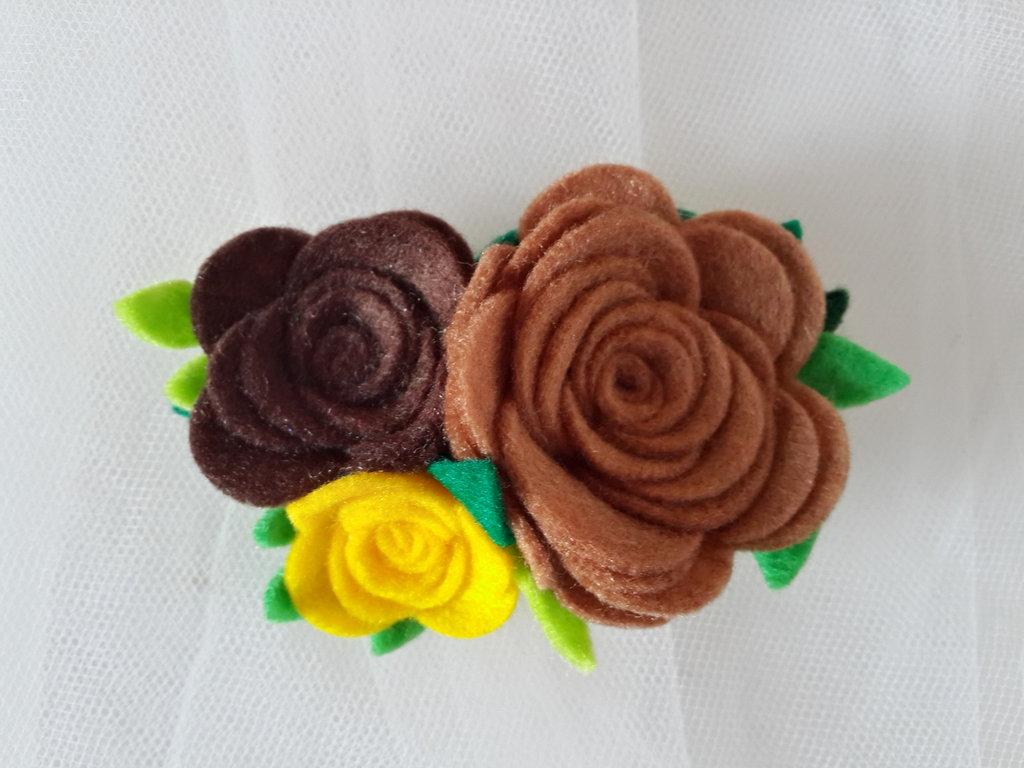 Spilla con fiori in feltro fatta a mano