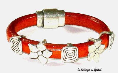 Bracciale in cuoio con perle argentate e chiusura magnetica