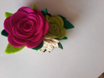 Spilla con fiori di feltro fatta a mano