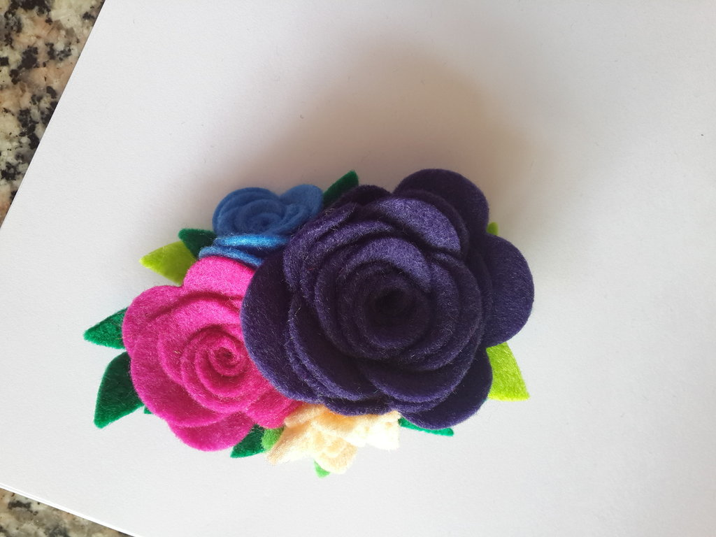 Spilla di feltro con fiori fatta a mano