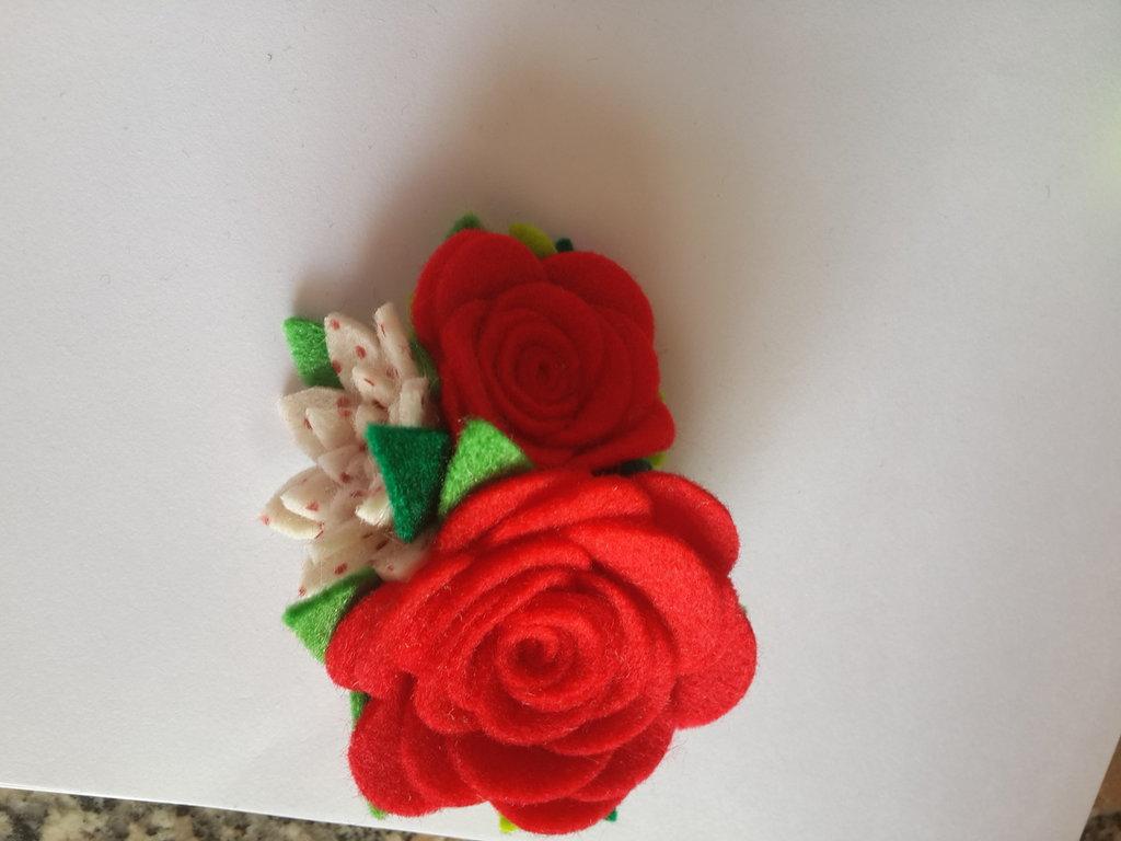 Spilla di fiori di feltro fatta a mano
