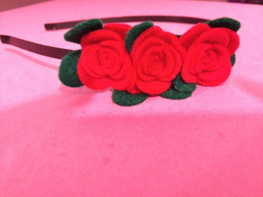 Cerchietto con rose rosse di feltro fatto a mano