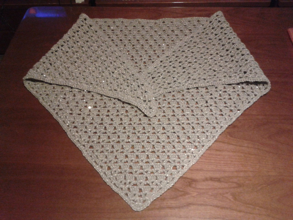Scialle di lana ad uncinetto