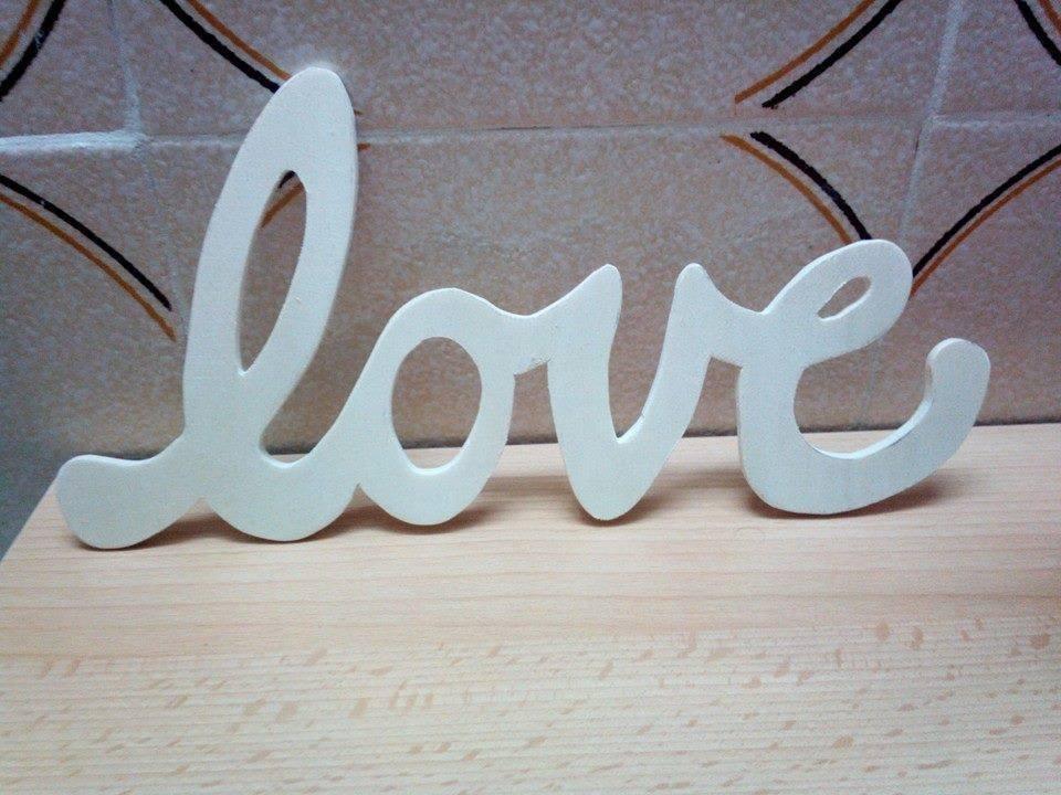 scritta love in legno