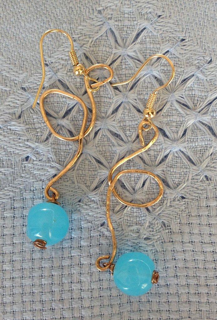 Orecchini fatti a mano in bronzo e cristallo .