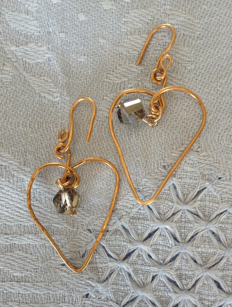 Orecchini fatti a mano in bronzo e cristallo.