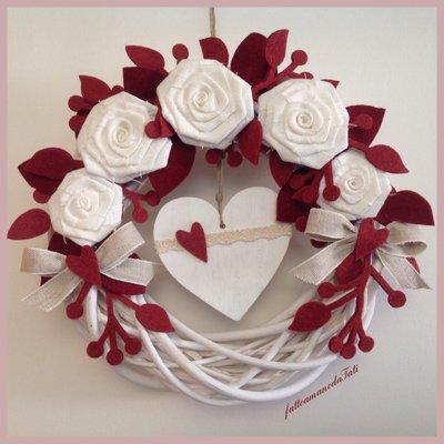 Corona di legno con rose in lino bianco e foglie bordò
