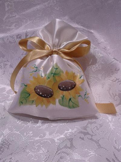 Sacchettino portaconfetti in raso con girasoli dipinti a mano