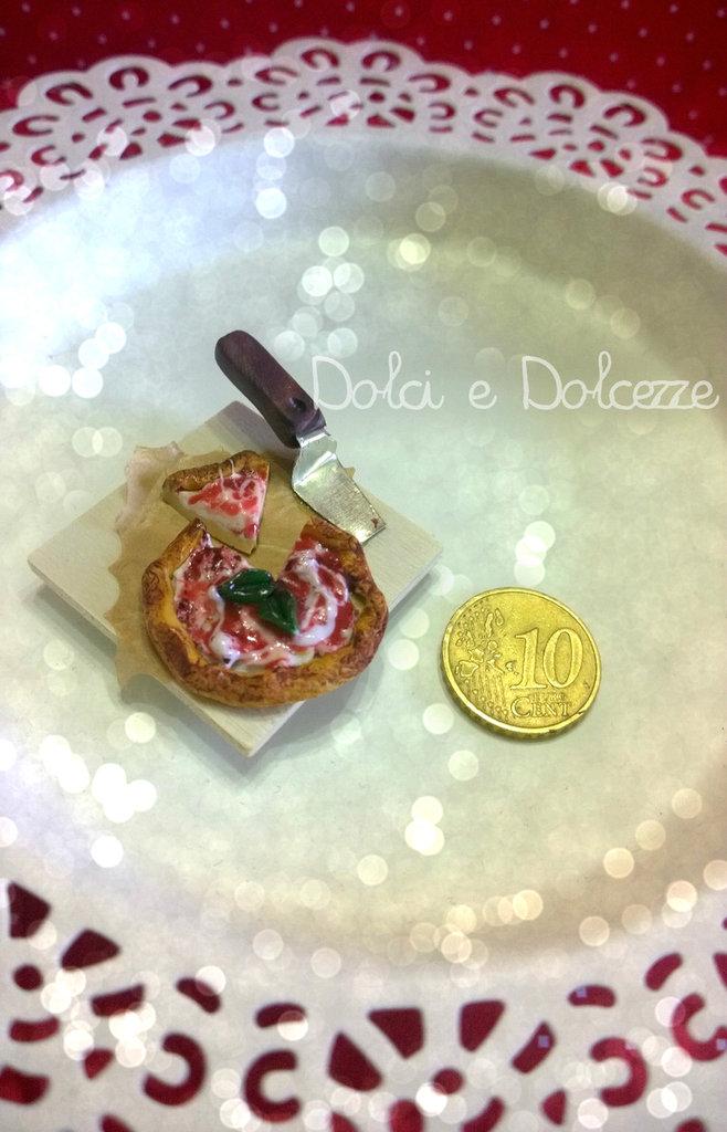 magnete tagliere con pizza margherita.  realizzato completamente a mano