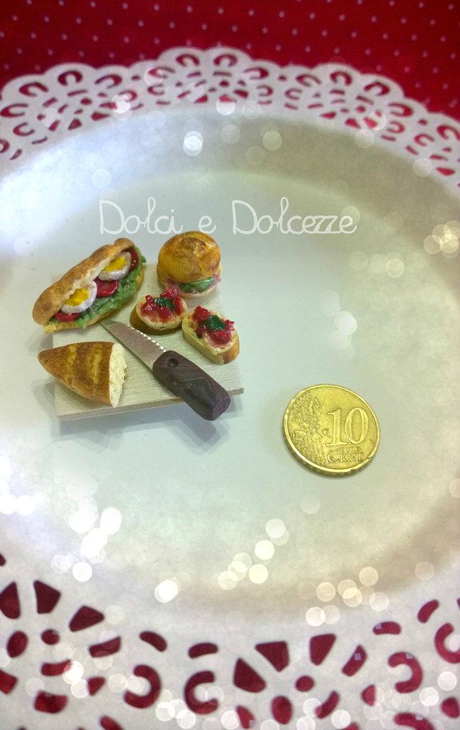 magnete tagliere con cibo in miniatura realizzato completamente a mano