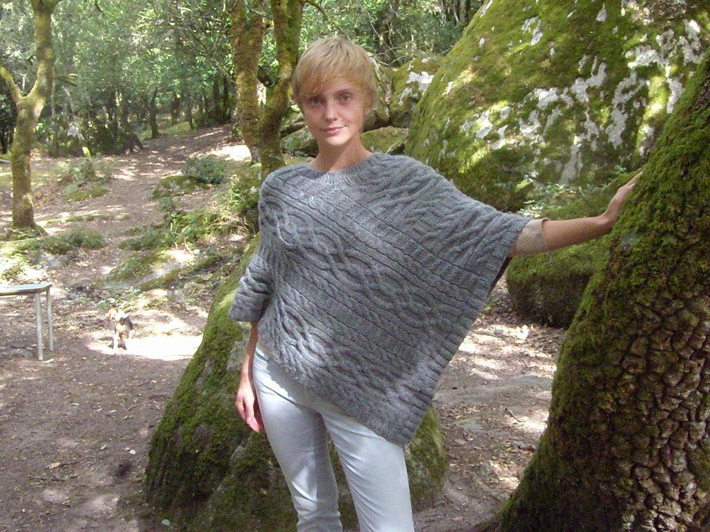 poncho grigio fatto a mano