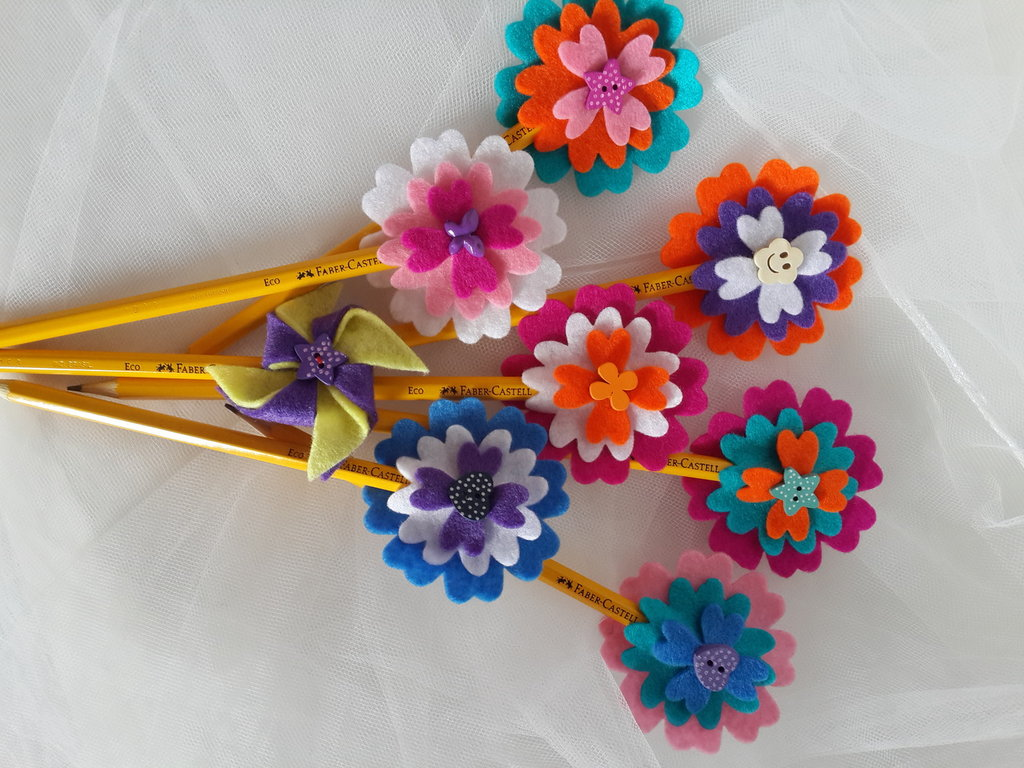 Matite con fiori e cuori di feltro fatti a mano
