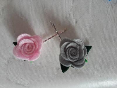 Forcina con fiori di feltro fatti a mano