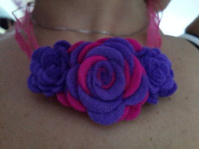 Collana di rose di feltro fatta a mano