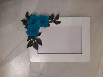 Cornice con fiori di feltro fatti a mano
