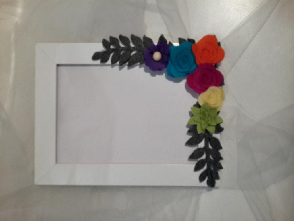 Cornice con fiori colorati di feltro fatti a mano