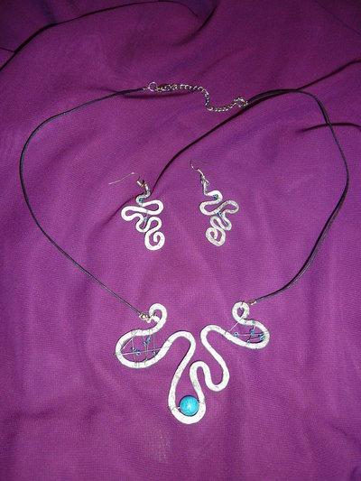 Parure etnica... Collana e orecchini in ferro battuto con pietra turchese e perline in vetro azzurre