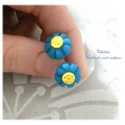 Mini orecchini a lobo fiori azzurro fimo