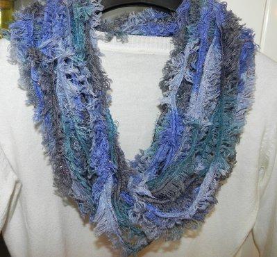Sciarpa collana fatta a mano ad uncinetto in ciniglia toni del blu-verde con lamè