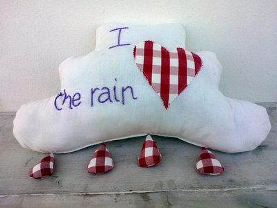 cuscino nuvola con gocce di pioggia ricamato a mano