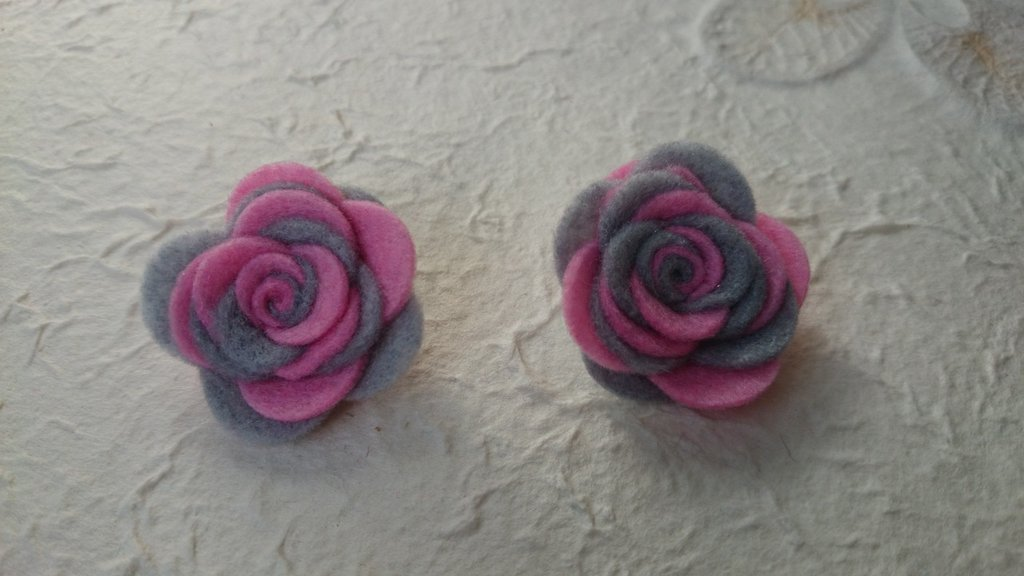 Orecchini con  rose di feltro fatte a mano