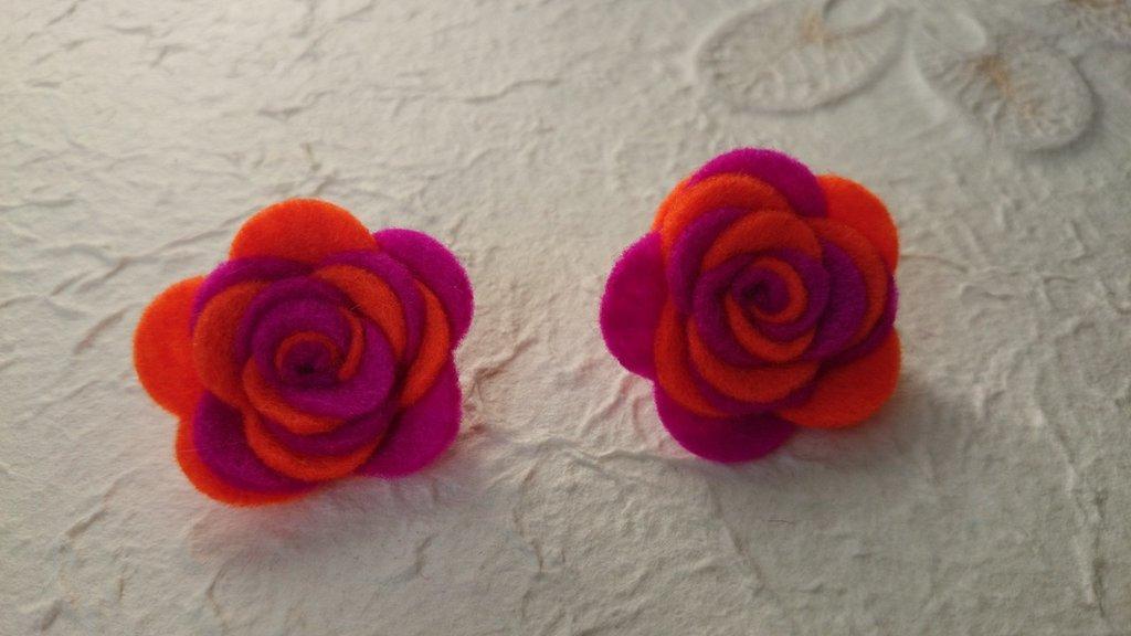 Orecchini con rose in feltro fatte a mano