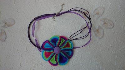 Collana con fiore di feltro fatto a mano