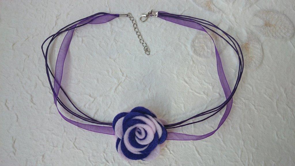 Collana con fiore di feltro fatta a mano