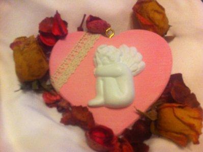Cuore Shabby-Chic: angelo di gesso con merletto su legno. Adatta a decorazione, bomboniera o regalo.